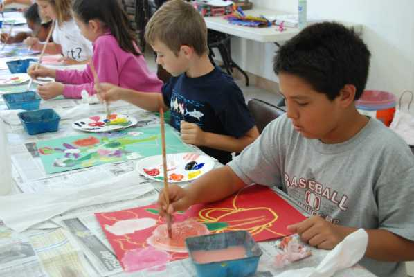 Children in an art class painting